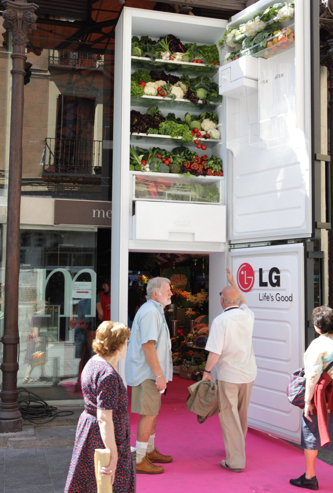 The store front's entrance is modified to resemble a giant version of LG's refrigerator, to the amazement of passersby.