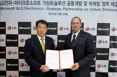 Kwon Soon-hwang, president and CEO of Business Solutions company at LG, and Steve Guggenheimer, corporate vice president of the OEM division at Microsoft, sign up for the strategic partnership