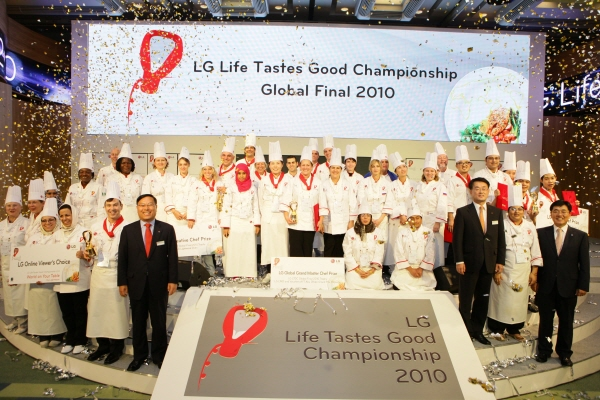 To conclude the event, LG executives pose for a group photo with the 40 participating chefs from around the world.