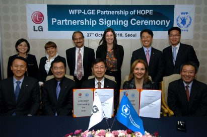 Kim Young-kee, executive vice president at LG, Josette Sheeran, executive director at the United Nations World Food Programme (WFP), and other executives participate in the partnership signing ceremony