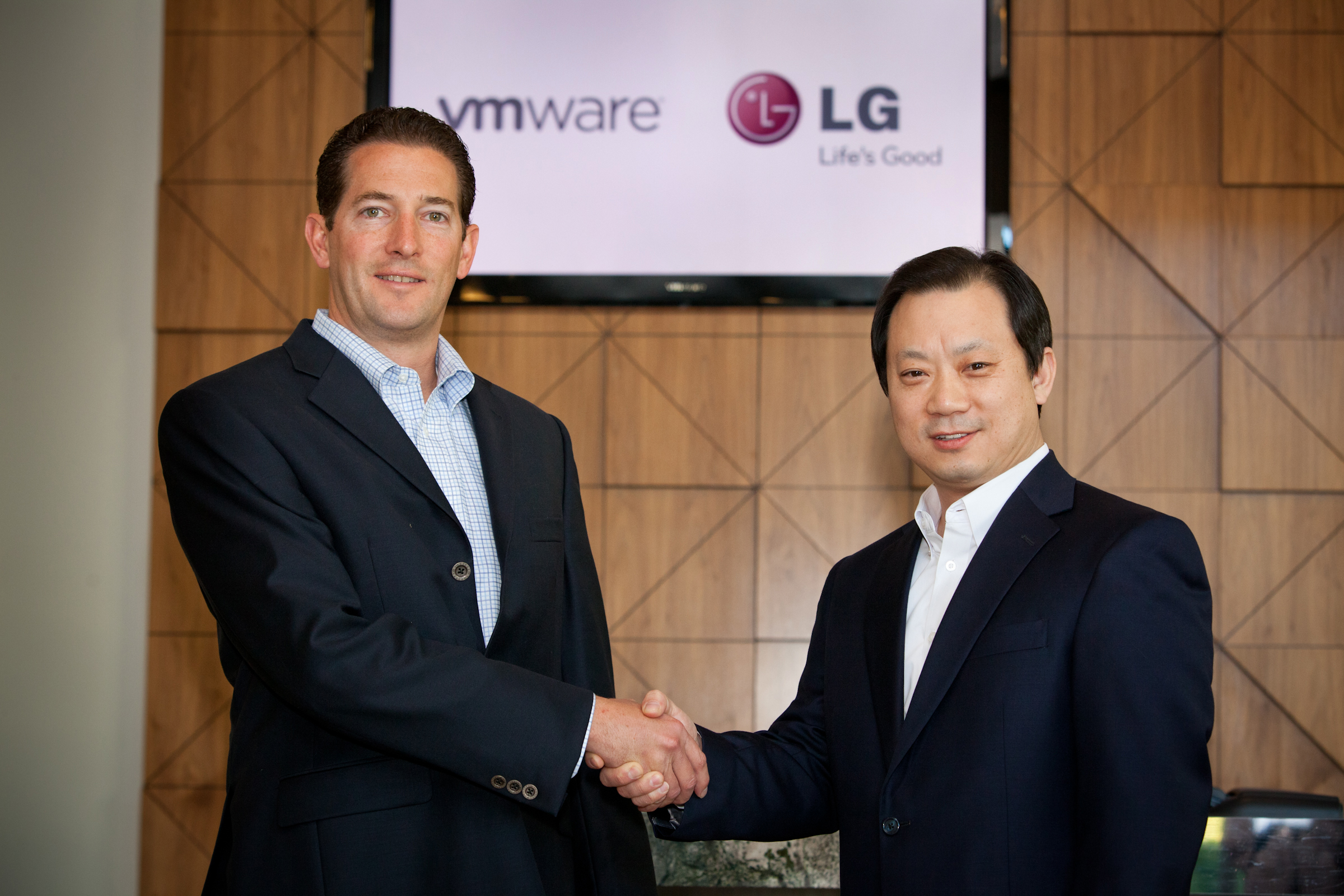 Dr. Stephen Herrod, CTO and senior vice president of R&D at VMware, shaking hands with Ki S. Kim, vice president of Global Enterprise Solutions at LG Electronics Mobile Communications Company.