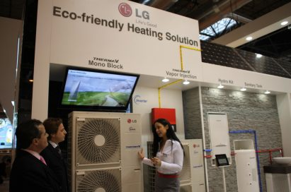A woman explaining the LG THERMA V to a group of people