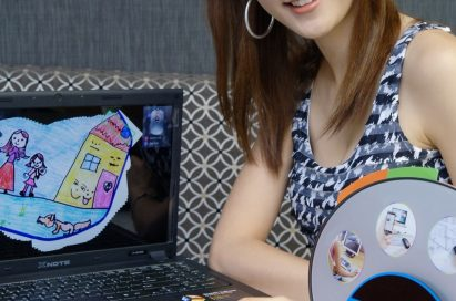 A model showing how an LG mouse scanner works with an LG laptop