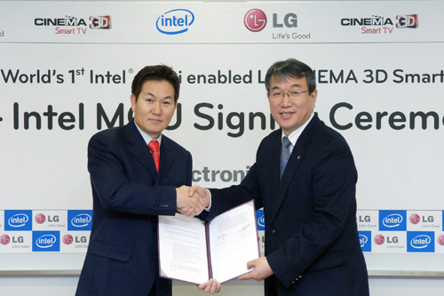 Hee-Sung Lee, country manager of Intel Korea, and Seog-ho Ro, senior vice president of LG Home Entertainment Company's TV Business Unit, commemorate their new alliance with a handshake.