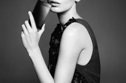 Ukrainian-Canadian model Daria Werbowy holds the PRADA phone by LG 3.0 with its front showing