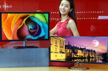A model posing behind LG premium IPS monitors E83 and E93