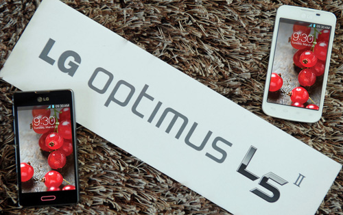 Two LG Optimus L5IIs in black and white color on a carpet with a panel saying 'LG Optimus L5II.
