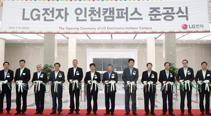 Koo Bon-moo, chairman of LG Electronics, and Koo Bon-joon, vice chairman and CEO of LG Electronics, participate in the opening ceremony of its new Incheon campus.