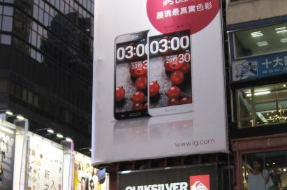 LG promoting LG G Pro through a large electronic display panel.
