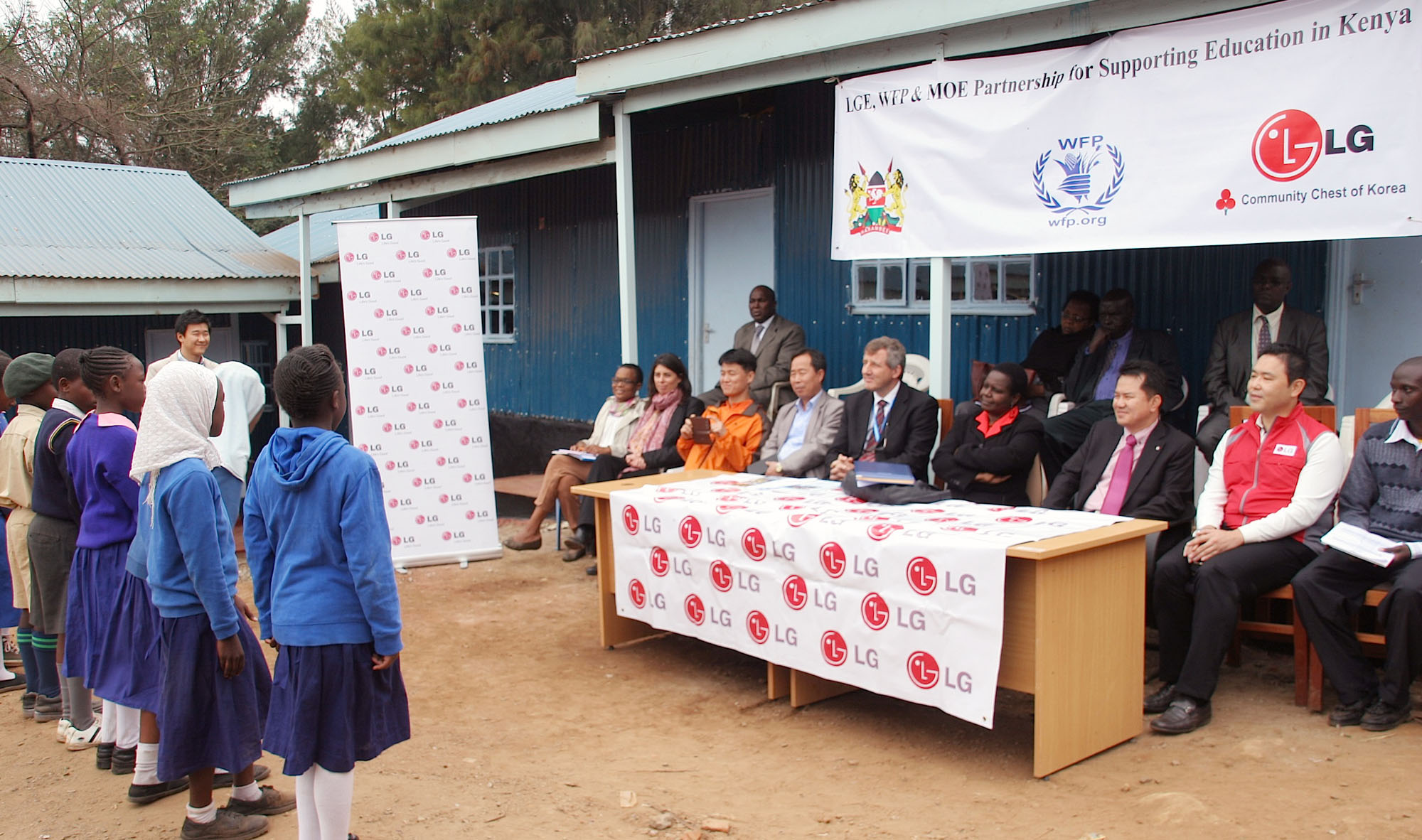 A photo taken at the partnership ceremony of LG, the UN World Food Programme, and MOE for supporting education in Kenya.