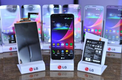 The P-OLED HD display of LG G Flex, LG G Flex and the world's first curved smartphone battery of LG G Flex are displayed on a table.