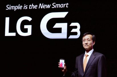 "Jong-seok Park, the President and CEO of LG Electronics Mobile Communications Company is showing the LG G3 in front of a back wall saying ""Simple is the New Smart, LG G3""."