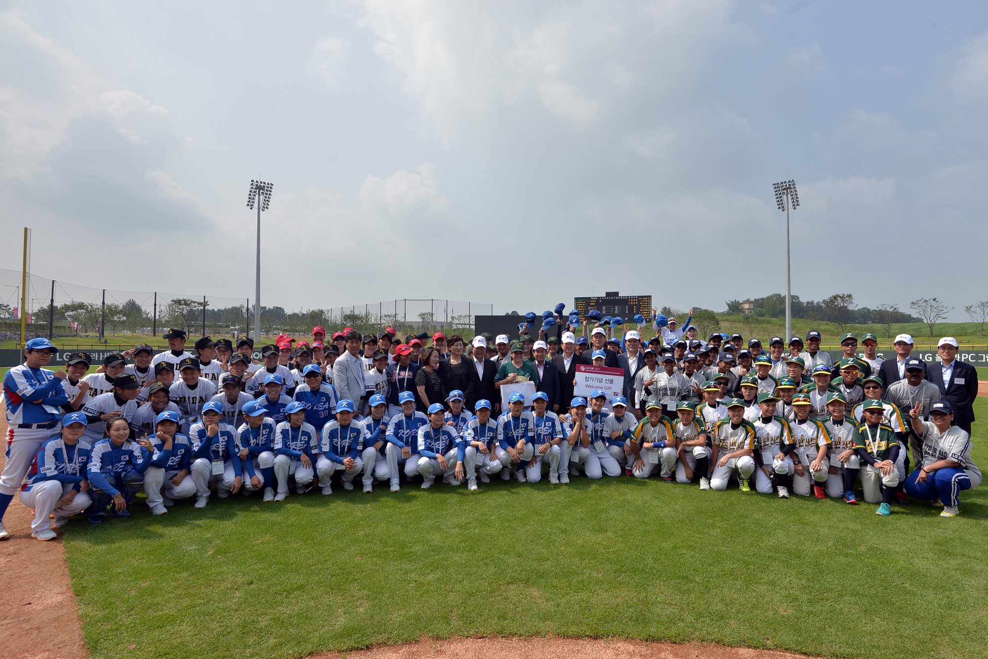 A group photo with the participants at the LG Cup 2014.