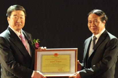 Koo Bon-joon, vice chairman and CEO of LG Electronics holds ceremony certificate of its Haiphong Campus.