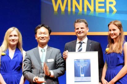 After receiving the Intersolar AWARD for Photovoltaics on the opening day of the event, Choi Young-ho, vice president of LG's Solar Business Division, and Michael Harre, EU Solar Sales Director take a picture.