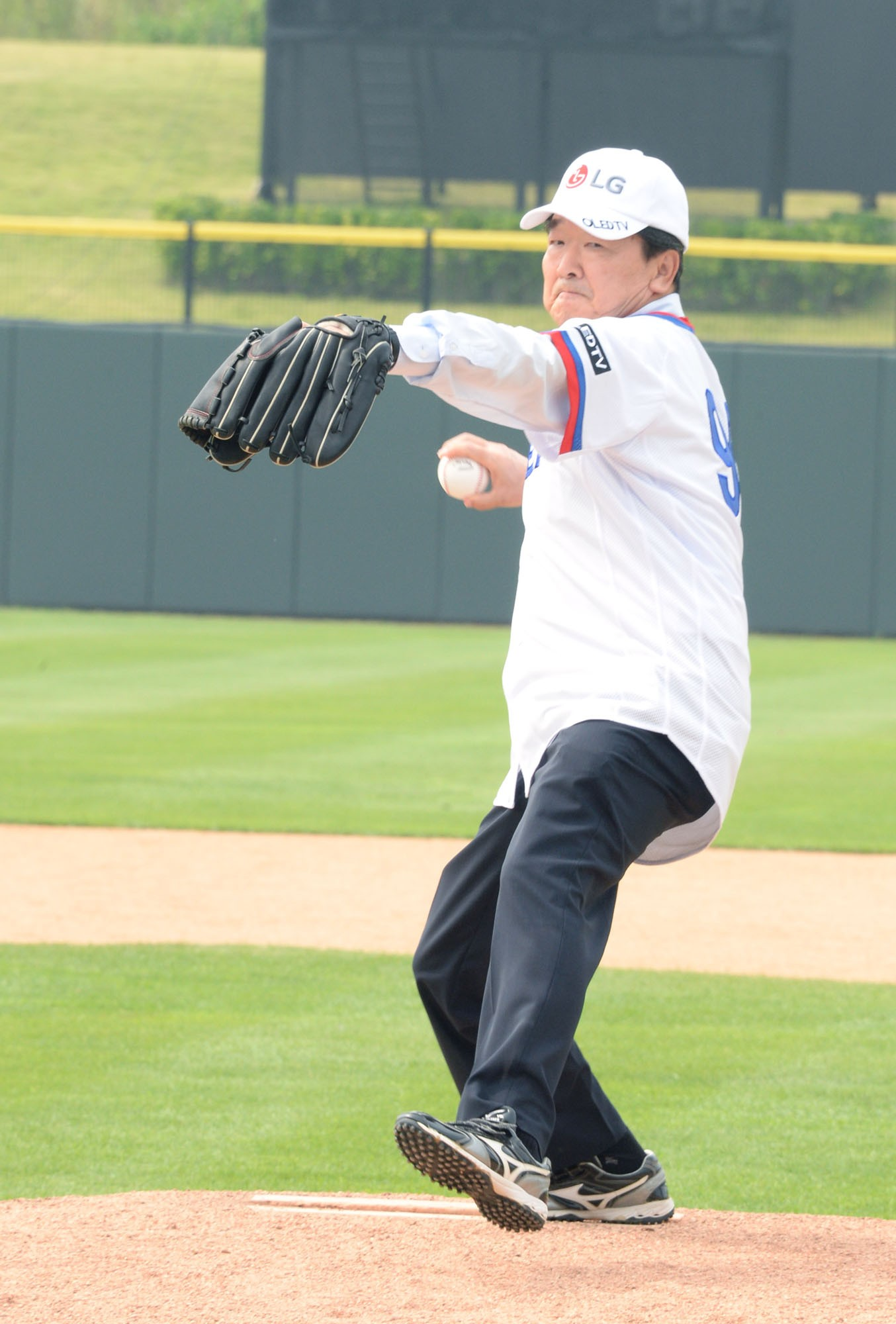 Koo Bon-joon, vice chairman and CEO of LG Electronics, throws the game's ceremonial first pitch.