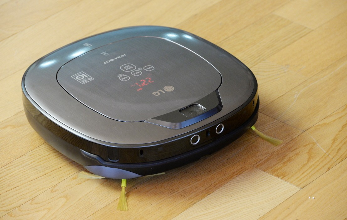 Another front view of LG CordZero™ HOM-Bot cleaning the floor