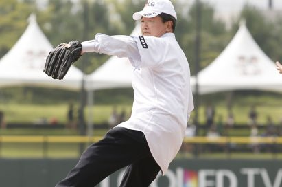 LG Corp. vice chairman Koo Bon-joo throwing out the ceremonial first pitch at the opening game of LG CUP 2017