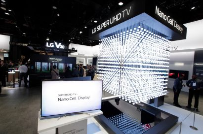 View of the LG Super UHD TV / LG Nano Cell Display zone, which displays a cube made up of LED elements that represent how Nano Cell technology improves picture quality