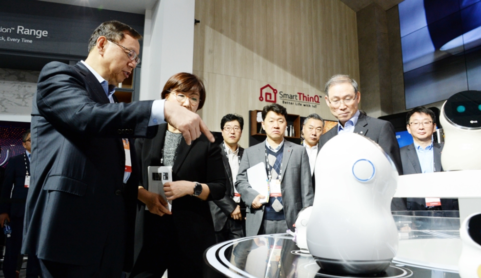 LG Electronics Vice President Jo Seong-jin and other officers discuss a sample of the CLOi robot at IFA 2018.
