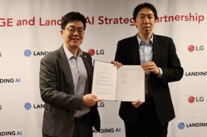 LG president and chief technology officer, Dr. I.P. Park, and Dr. Andrew Ng, CEO and founder of Landing AI, hold the agreement after singing a strategic partnership