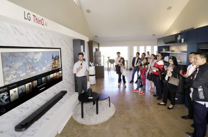 A male presenter explains the AI technology incorporated in the LG SIGNATURE OLED TV W.