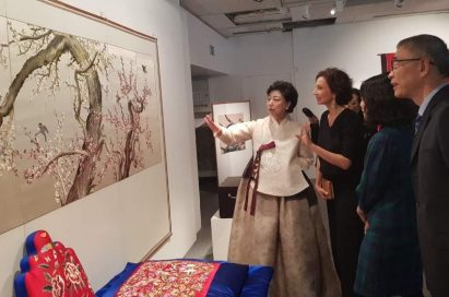 """Korean embroidery artist Lee Jung-sook discuss the """"chasu"""" with attendees at The Royal Palace event."""