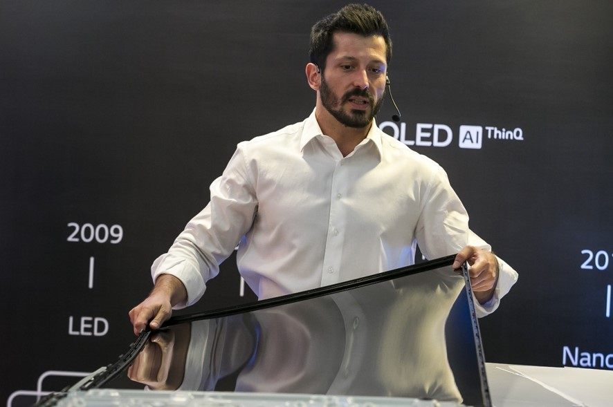 LG's Pedro Valery dismantles each layer of an LCD display to demonstrate the technological differences between LG's Nano Cell TVs and competing quantum LCD TVs.