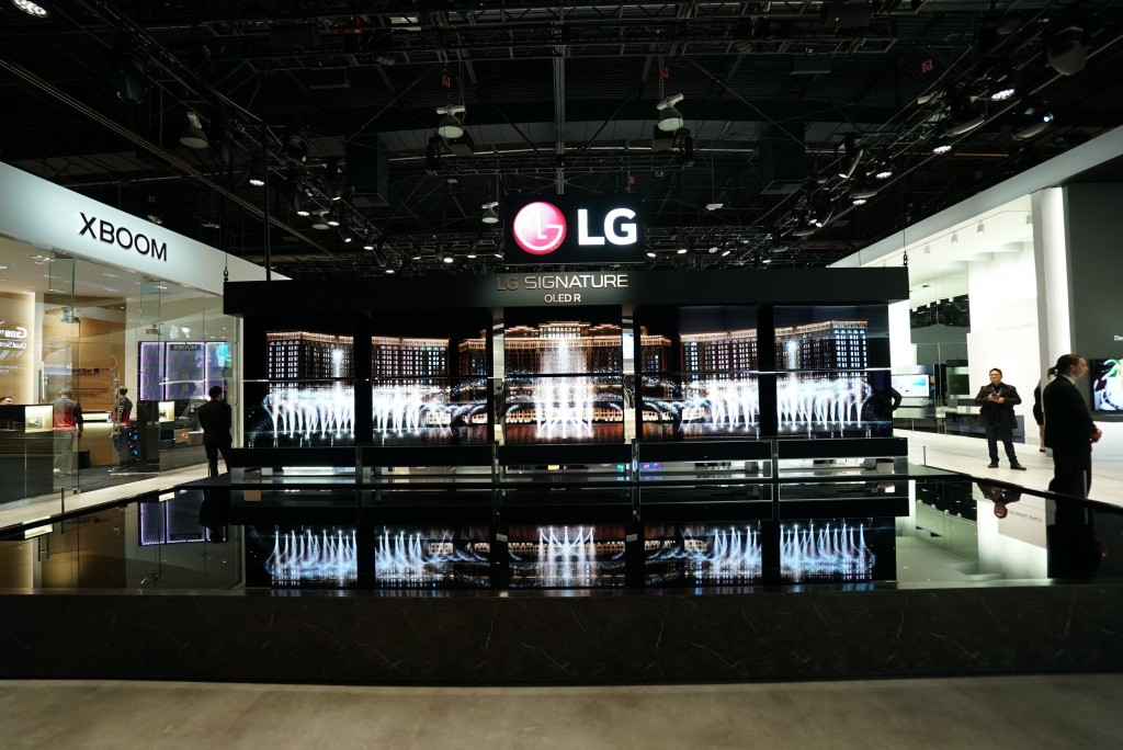 The front of the LG SIGNATURE OLED Zone with ten LG SIGNATURE Rollable TVs moving up and down with The Fountain exhibition