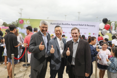 LG Australia's managing director and representatives from WIRES pose together with their thumbs up
