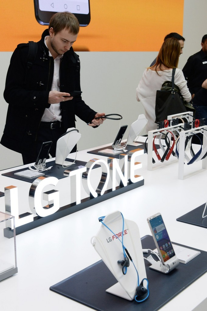 Another view of visitors testing out the LG TONE Flex Premium Bluetooth headsets at the LG TONE Studio zone at MWC 2017