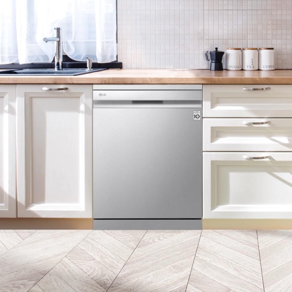 LG QuadWash™ dishwasher seamlessly blending into a modern kitchen décor