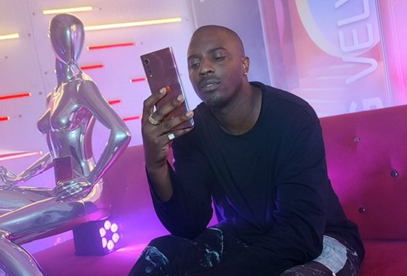 Famous Canadian rapper Sean Leon hosting the virtual LG VELVET 5G showcase by demonstrating its brilliant camera and user-friendly features.
